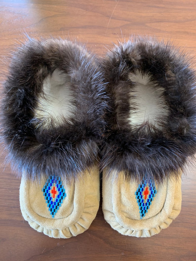 Men's Size 8 Native American Moccasins with beaver trim
