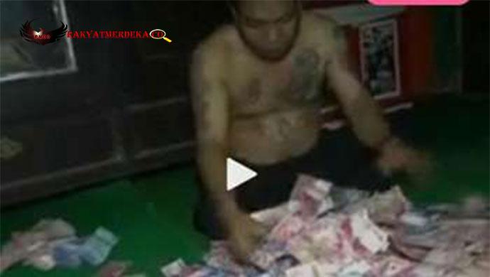 viral-video-kades-memamerkan-tidur-di-tumpukan-uang
