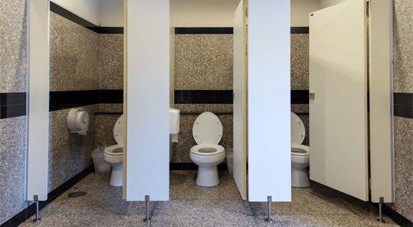 هل سألت نقسك لماذا أبواب الحمامات العامة قصيرة؟ أنها أسبابٌ وجيهة تغطي على عيوبها