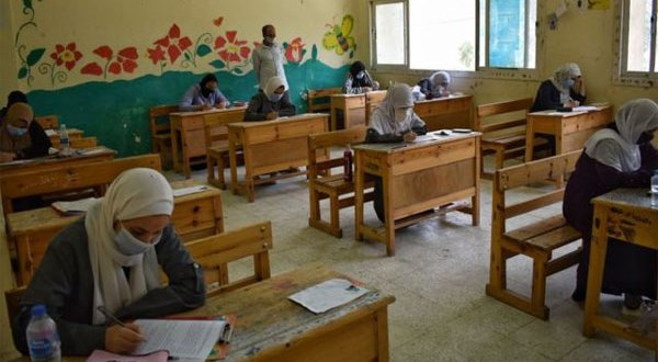 فستان وباروكة شعر شاب تنكر في زي امرأة لأداء امتحانات الثانوية بدلا من صديقته