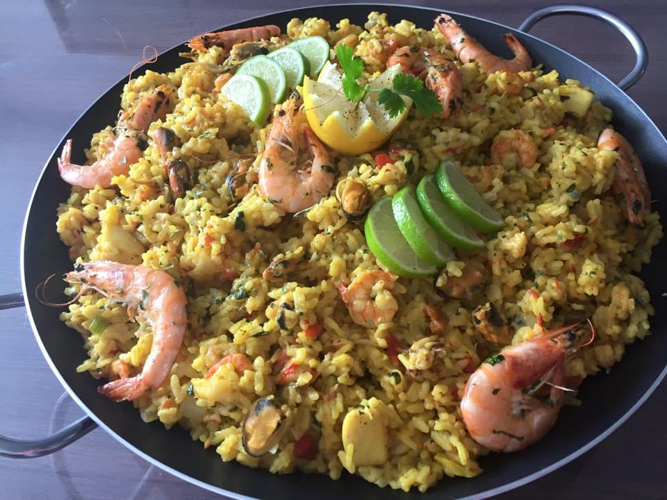 Paella met gamba's, zeevruchten en groente