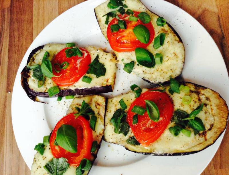 Gegrilde aubergine met mozzarella en tomaat