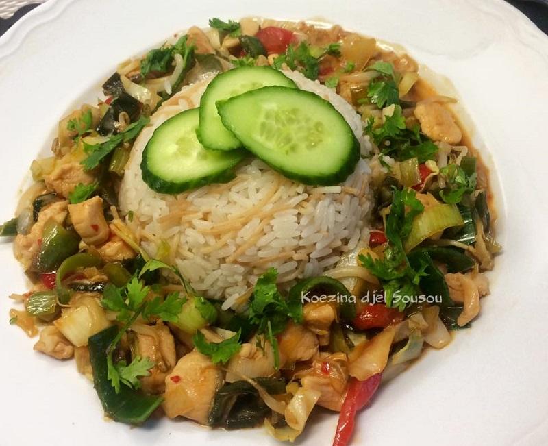 Rijst met kip en groente in zoetzure saus