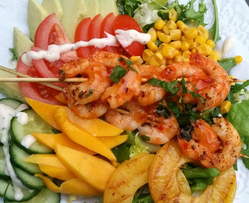 Exotische salade met garnaalspiesjes