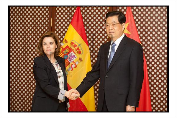 Sáenz de Santamaría y Hu Jintao se saludan antes de la reunión de trabajo. Foto Ramón de la Rocha