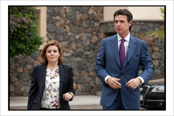 Soraya Sáenz de Santamaría y José Manuel Soria tras reunirse con la delegación china. Foto Ramón de la Rocha