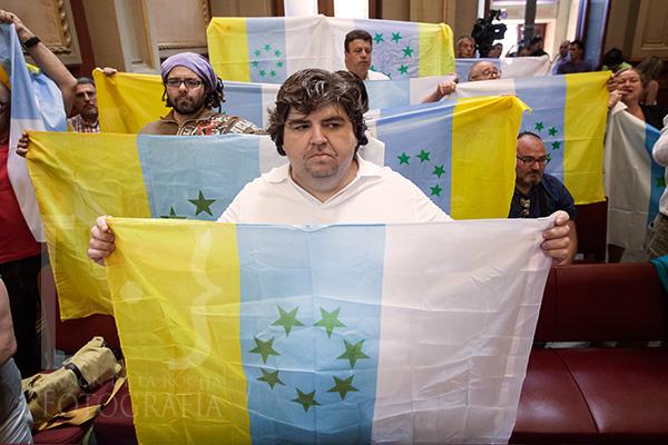 Independentistas canarios muestran la bandera de las siete estrellas verdes