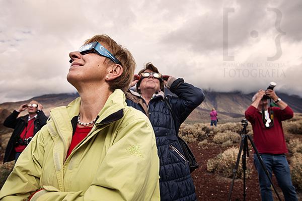 Turistas aficionados a la astronomía observan el eclipse parcial de Sol