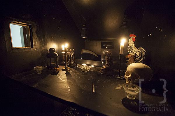 Cámara de reflexión decorada con diferentes objetos, donde los miembros de la logia se encierran a reflexionar. © Ramón de la Rocha