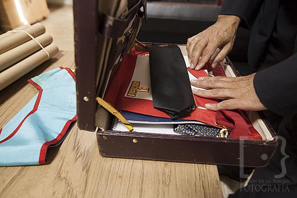 Un componente de la logia masónica Nuevo Mundo 88 guarda elementos de los rituales en su maletín. © Ramón de la Rocha