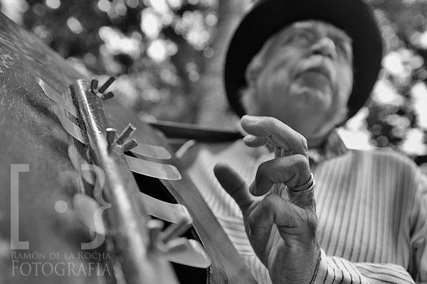 Cristóbal Lorenzo García tocando la Marimbola o Caja Cubana en la Romería de San Benito de La Laguna