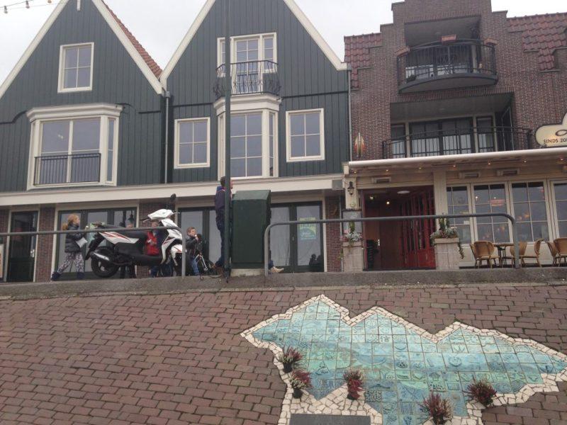 Het pand ziet er verlaten en ongebruikt uit, hetgeen schril afsteekt bij de beide cafeetjes waartussen het in ligt, door Noor Juffermans Veldwerk rapport cafébrand Volendam 2001)