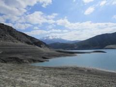 Vue sur le lac et les montagnes enneigées