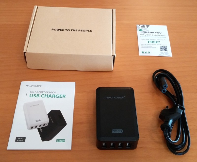 Die Verpackung enthält das Netzteil, ein Stromkabel, die Bedienungsanleitung sowie eine Garantiekarte (Bild: Copyright Benjamin Blessing).