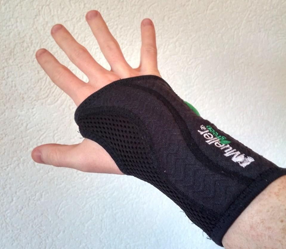 Schmerzen im Handgelenk können durch eine Schiene reduziert werden (Bild: Copyright Benjamin Blessing).