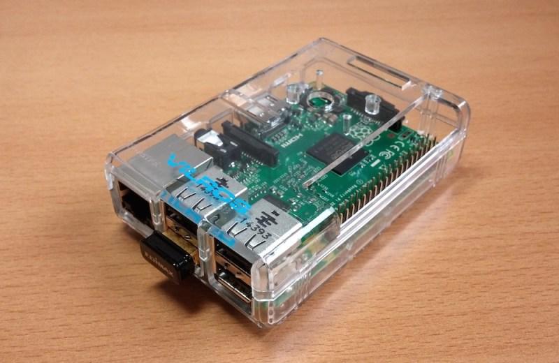 Plastikgehäuse zum Schutz des Raspberry Pi 2 mit Edimax WLAN Adapter (Bild: Copyright Benjamin Blessing).