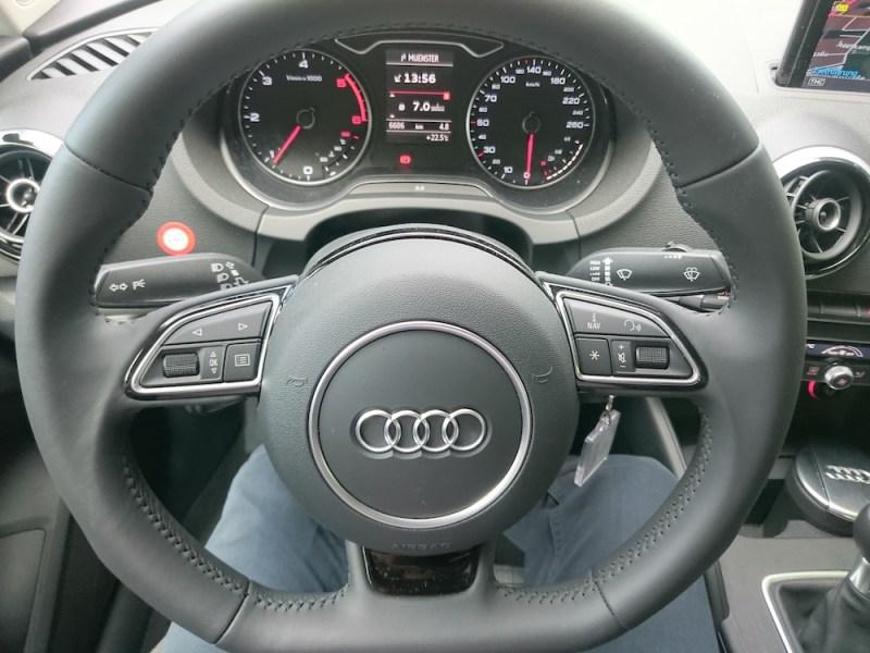 Multifunktionslenkrad in der Audi A3 Limousine (Bild: Benjamin Blessing).