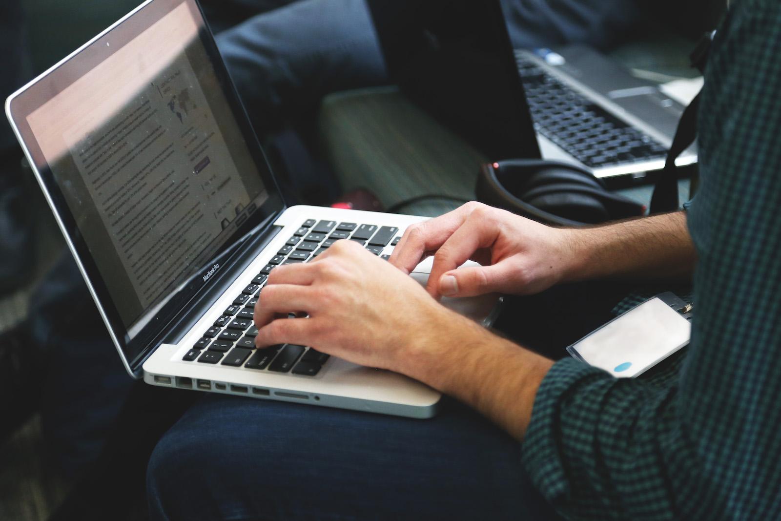 Unterwegs am MacBook arbeiten