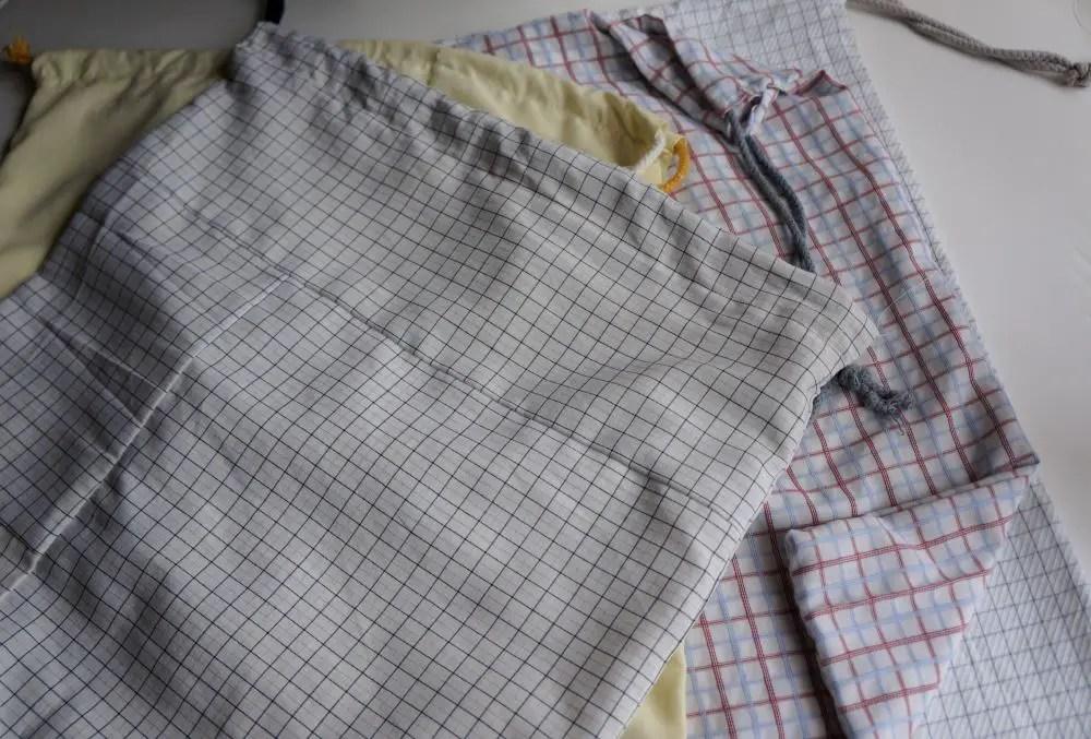 Sacos reutilizaveis feitos com camisas velhas