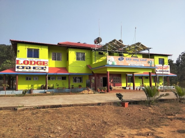 Prakruthi Yatri Nivas restaurant and lodge near Jog Falls viewpoint. - Bangalore Goa Road Trip