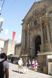 La cathédrale se cache au fond à gauche