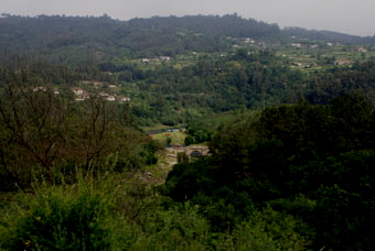 Le vieux pont est au fond de la vallée