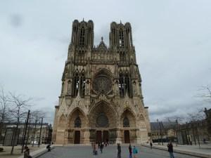 Face à la cathédrale de Reims