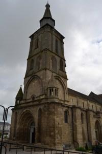 Le sommet de la tour en pierres blanches indiquait le chemin aux pèlerins
