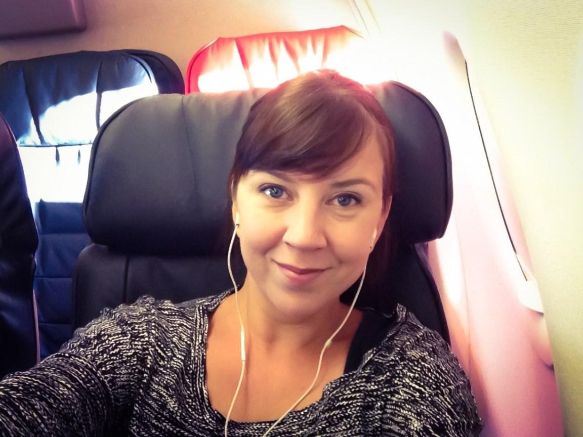 Omat kuulokkeet korvilla lennolla Istanbulista Köpikseen