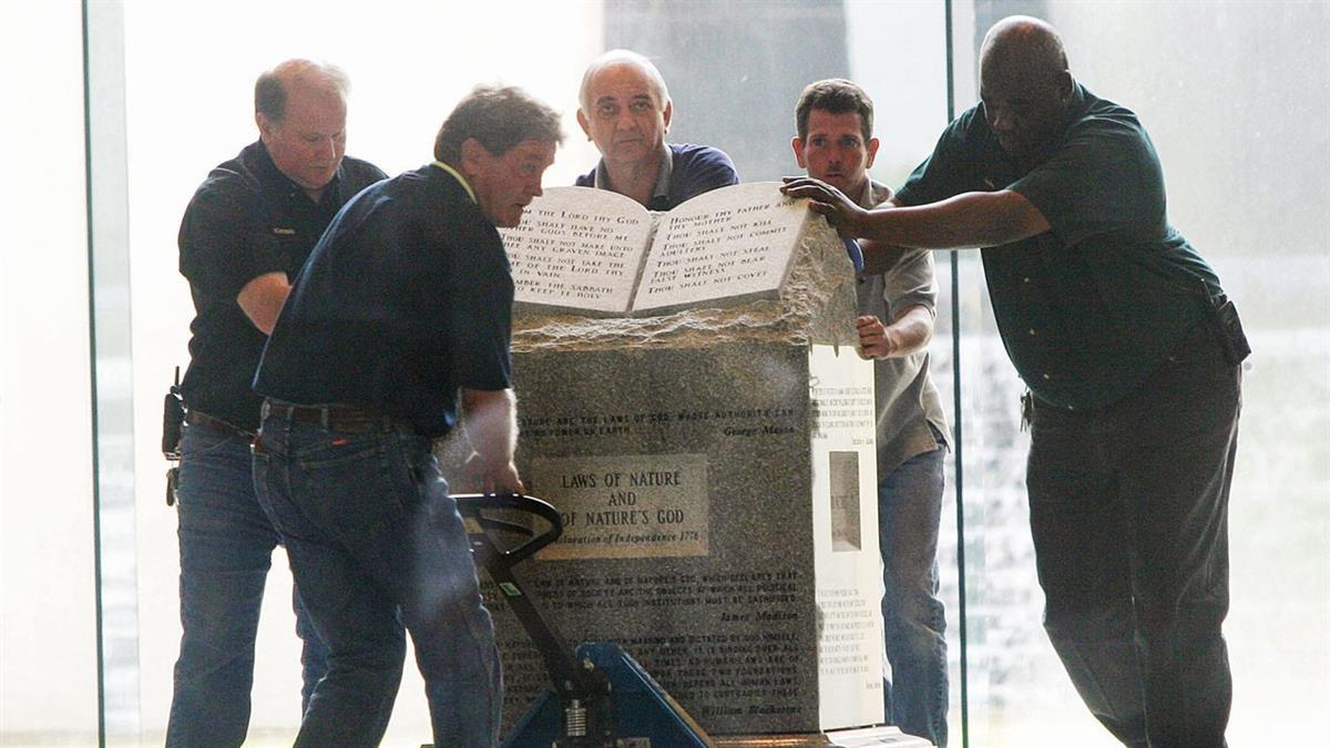 Removal of the Ten Commandments monument that Moore had installed in the rotunda of the state judicial building, August 21, 2003 (photo: Getty images)