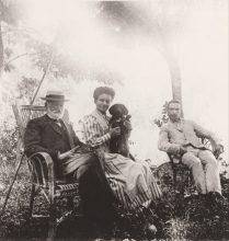 Adolphe, Amélie et Henri Caire au Moulin de Vernègues en 1909 Collection Mireille Caire (reproduction)