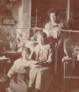 Angèle (Mme Ancey), Geneviève (Mme Séjourné) et Germaine (Mme Teisseire) Abeille Collection Mireille Caire