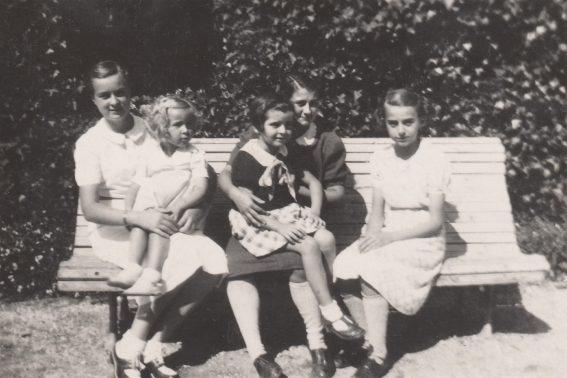 Colinette Abeille (Mme Max Turcat), Christiane Abeille (Mme Guy Delastre), Mireille Caire (Mme Charles de Raphélis-Soissan), Annie Séjourné (Mme Georges Court), Jany Teisseire (Mme Philippe Viard) - Freycinet 1938 Collection Mireille Caire