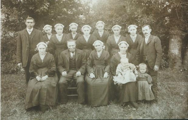 1914 - Avant que tonton Joseph parte à la guerre - En haut : Joseph Malaboeuf, Angèle Malaboeuf (Mme Brasibin), Léontine Malaboeuf (Mme Lanoë), Thérèse Malaboeuf (Mme Brasibin), Julienne Malaboeuf (Mme Cancoët), Marie Malaboeuf, Jean-Pierre Hamon. En bas : Marie-Joseph Malaboeuf (Soeur Marie-Joseph de la Sainte Face), Julien Malaboeuf, Marie-Joseph Jouniaux, Marie-Ange Malaboeuf (Mme Jean-Pierre Hamon), Marie Hamon, Constant Hamon - Collection Marie-Thérèse Lanoë