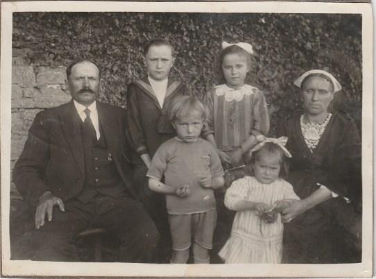 Auguste, Joseph et Angèle Lanoë, Léontine Malaboeuf (Mme Auguste Lanoë), devant Jean et Marie-Thérèse Lanoë - Collection Marie-Thérèse Lanoë