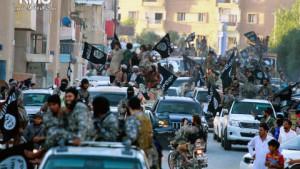 MILITÆRPARADE: Terrorgruppa har snudd opp ned på hverdaslivet i sin selverklærte hovedstad Raqqa i Syria. Her har de en parade gjennom byen, som skal ha skjedd i juni 2014. Så våpenmektig er IS Foto: Raqqa Media Center of the Islamic State group / AP Photo / NTB Scanpix
