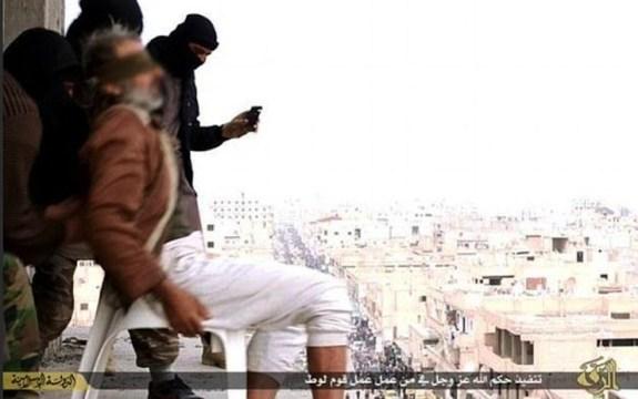 Rakka'da cehennemi yaşayanlar anlattı: IŞİD gözdağı vermek için geyleri çatıdan atıyor