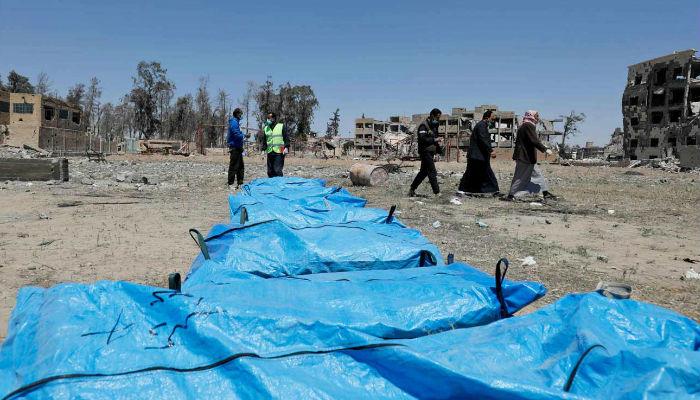 الرقة.. فريق الاستجابة يبدأ بانتشال الجثث من مقبرة جماعية جديدة