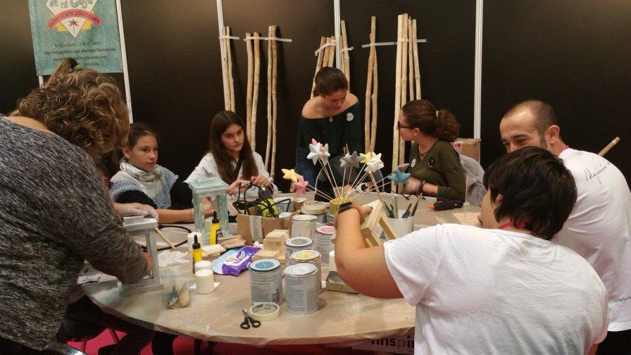 gente trabajando y pintando en taller de creativa barcelona 2016