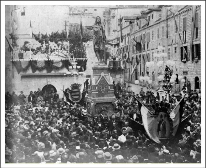 Споменик Џиву Гундулићу подигнут је 1892. године у Дубровнику, у спомен на тристогодишњицу његовог рођења