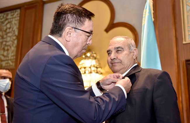 سفير كازاخستان بمصر يقلد رئيس المحكمة الدستورية ونائبه ميداليتين