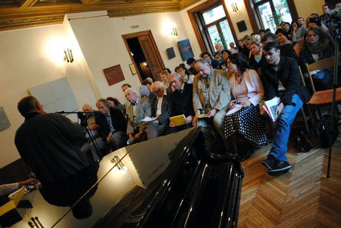 Prie mikrofono – Gintautas Dabrišius. Benedikto Januševičiaus nuotrauka