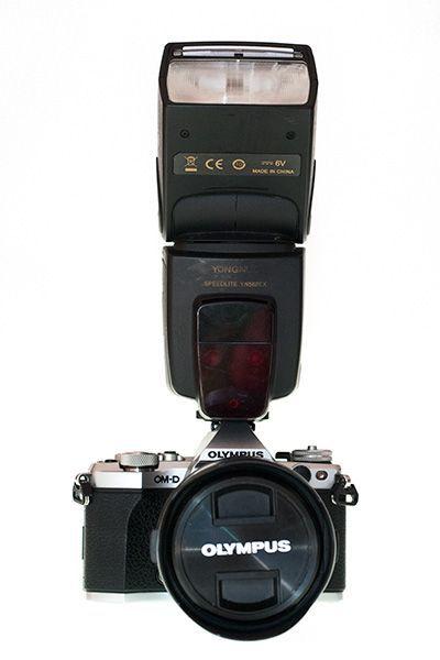 Flash montado en la cámara para iluminar con luz frontal elevada tu foto de perfil profesional