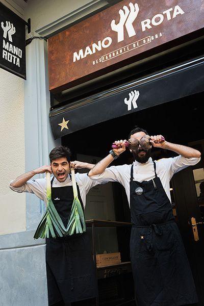 Simpática fotografía corporativa de los chefs Bernat Bermudo y Oswaldo Brito, del restaurante Mano Rota