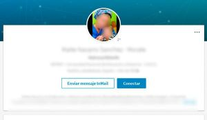 No cometas estos errores en tu foto de perfil en Linkedin: Salir acompañado en las fotos