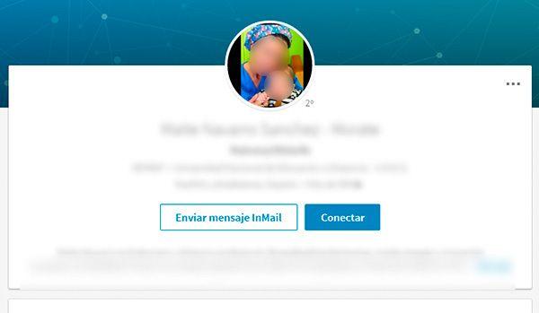 No cometas este error en tu foto de perfil para Linkedin: Salir acompañado en las fotos