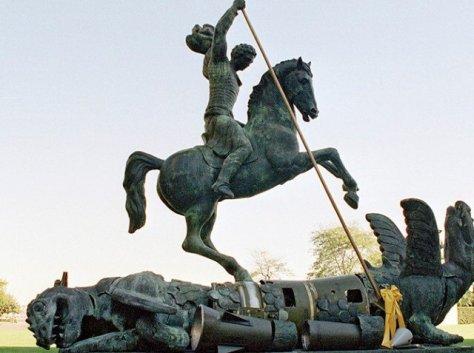 Skulptur bei den Vereinten Nationen vom Heiligen Georg, der den Drachen tötet. Der Drache ist zusammengesetzt aus Fragmenten der Sowjetischen SS-20 und von US-Pershing Missiles. (UN Photo/Milton Grant)