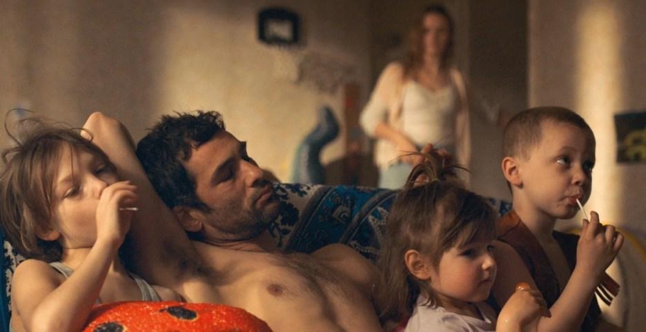 Axelle (Sara Forestier) retrouve son mari violent avec ses enfants dans Filles de joie