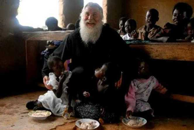 parintele Elpidie cu copiii africani
