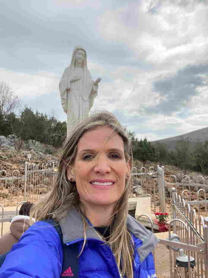 Mariana Gómez en Medjugorje con la Virgen